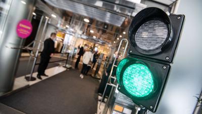 Eine Ampel regelt den Zutritt in ein Kaufhaus in Stuttgart. Der Groß- und Einzelhandel soll unter Auflagen zur Hygiene, zur Steuerung des Zutritts und zur Vermeidung von Warteschlangen insgesamt geöffnet bleiben.