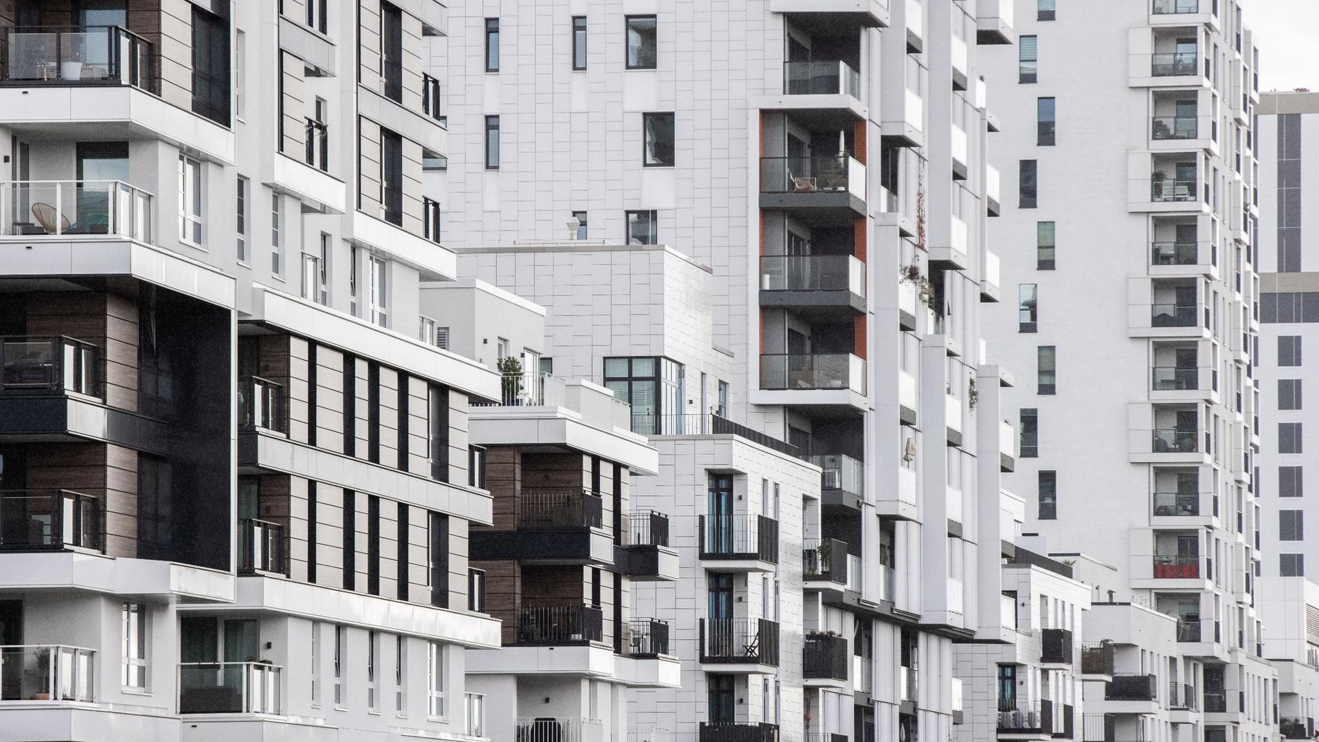 Blick in eine Straße in Düsseldorf mit Wohnhäusern. Teure Mieten und hohe Wohnungspreise machen vielen Verbrauchern in Deutschland schwer zu schaffen.