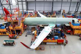 Wegen der Corona-Krise hat Airbus seine Flugzeugproduktion um rund 40 Prozent heruntergefahren und will bis kommenden Sommer rund 15.000 Arbeitsplätze abbauen.