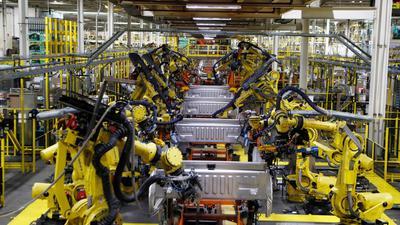 Roboter schweißen die Ladefläche eines Ford F-150-Lastwagens auf dem Fließband im Montagewerk von Ford Rouge.