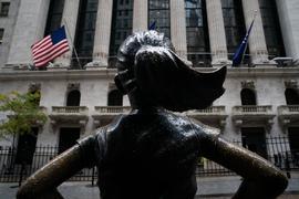 """Das """"Fearless Girl"""" vor der New York Stock Exchange hofft auf ein klares Wahlergebnis."""