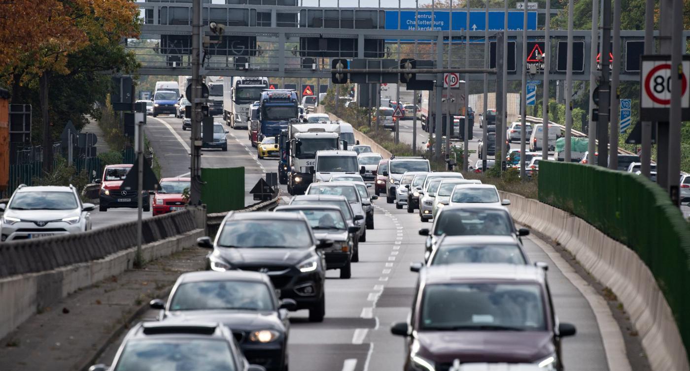 Fahrzeuge auf der Berliner Stadtautobahn.