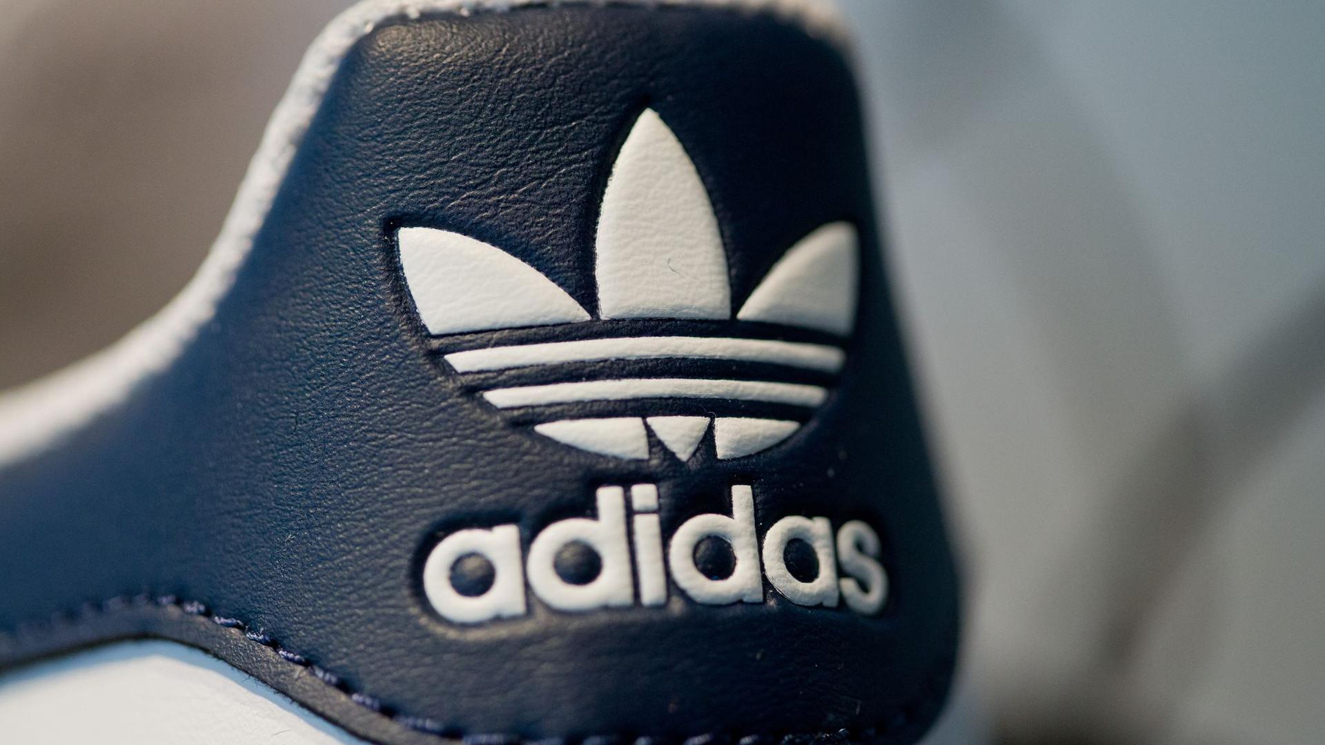 Adidas-Logo auf einem Sportschuh.