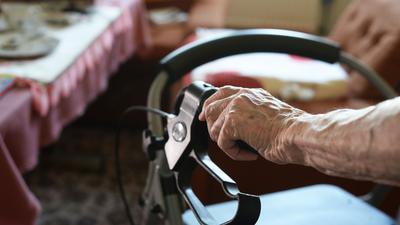 Viele alte Menschen in Deutschland gelten als überschuldet.