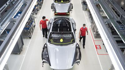 Mitarbeiter der Porsche AG bei der Produktion des elektrisch angetriebenen Sportwagens Taycan.
