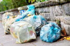Gelbe Säcke für Verpackungsmüll und blaue Säcke für Papier. Der Verbrauch von Verpackungen in Deutschland nimmt weiter kräftig zu.