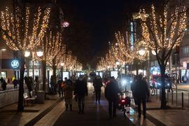 Trotz abgesagter Weihnachtsmärkte verbreiten zumindest Lichterketten festliche Stimmung in den Innenstädten.