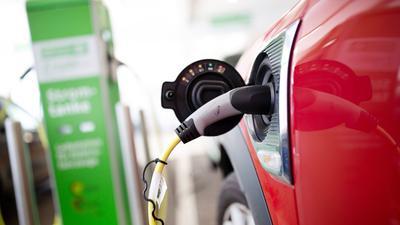 Beim Autogipfel ging unter anderem um den Ausbau der Lade-Infrastruktur für E-Autos. Die Kunden greifen dank Prämie und Steuervorteilen aber schon jetzt zu.