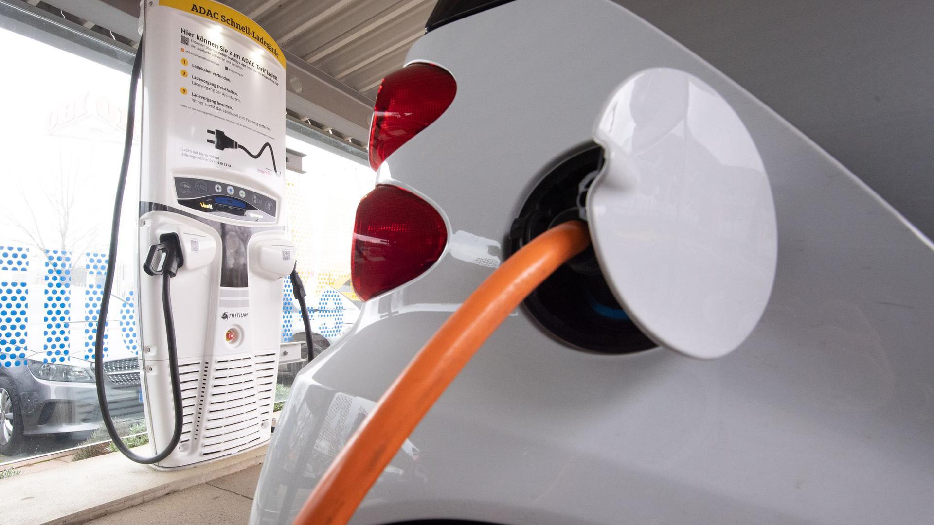Ein Elektroauto lädt an einer Ladestation. Für Elektroautos sollen bis 2025 extra Kaufanreize geschaffen werden.