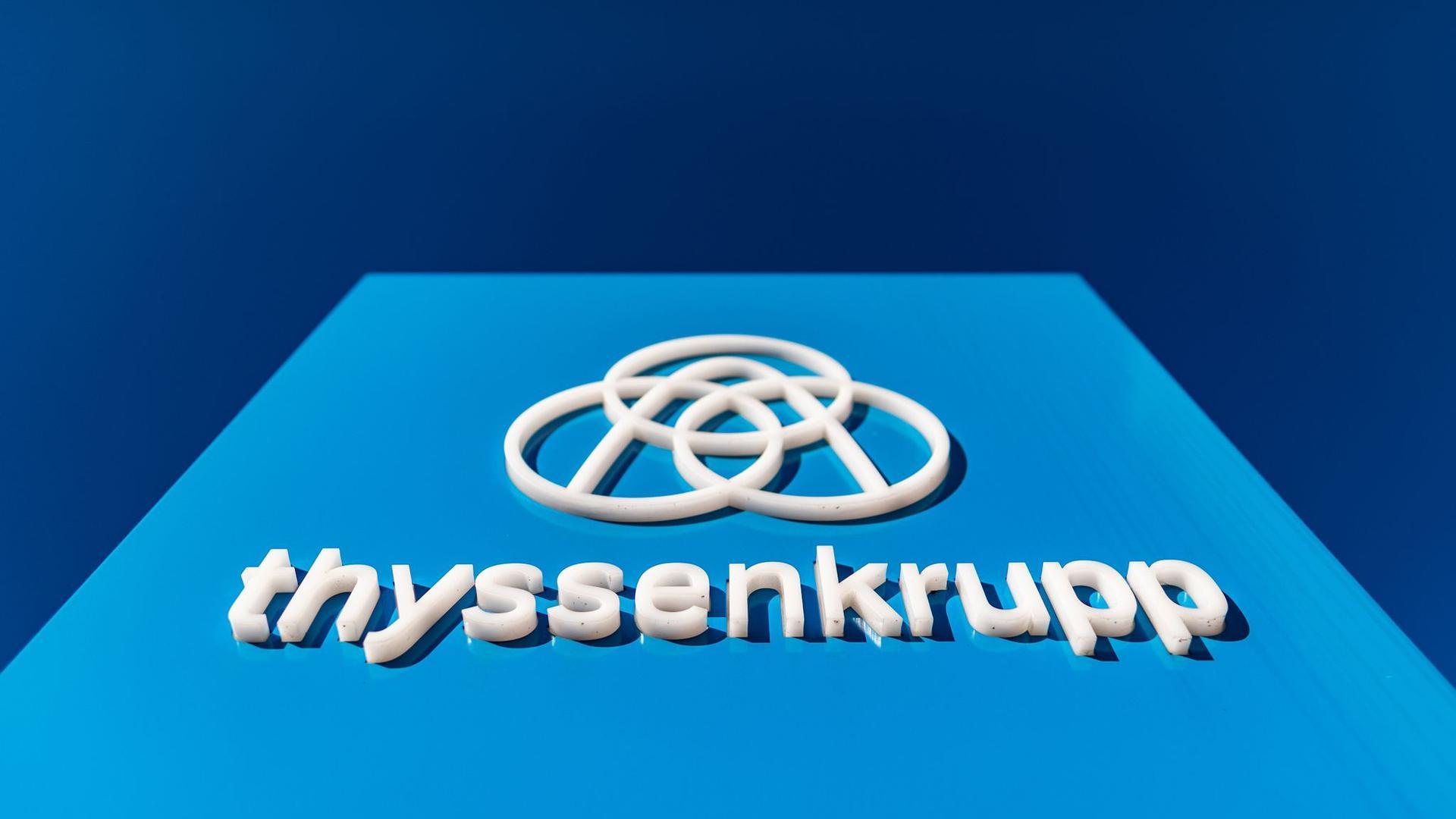 Der angeschlagene Stahl-und Industriekonzern Thyssenkrupp will deutliche mehr Personal abbauen als bisher geplant.