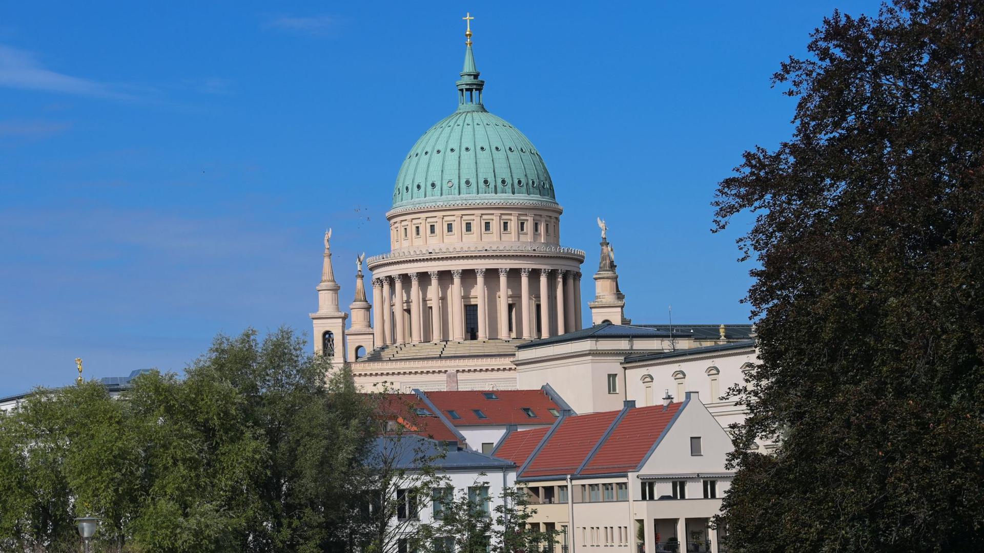 Die Kirche St. Nikolai in Potsdam. Die Stadt Potsdam hat einer Studie zufolge beste Aussichten auf ein Wachstum nach der Corona-Krise.