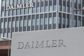 """Ein Schild mit der Aufschrift """"Daimler"""" steht vor dem Mercedes-Benz Werk in Untertürkheim."""