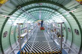 Ein Techniker arbeitet in einem Rumpfsegment einer Airbus A320. Die Industrie leidet unter der Corona-Pandemie.