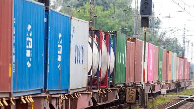 Ausnahmsweise bleiben Güterzüge mit lauten Wagen noch erlaubt, wenn sie so langsam fahren, dass sie nicht lauter sind als moderne leisere Wagen (Symbol).