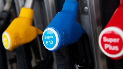 Zapfpistolen für verschiedene Kraftstoffarten, darunter auch E10, hängen an einer Zapfsäule an einer Tankstelle. Die Trendwende bei den Spritpreisen verfestigt sich.
