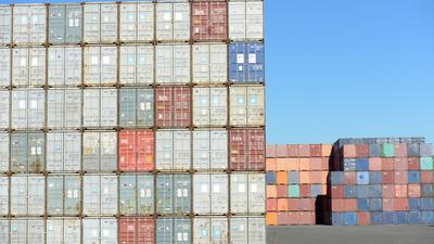 Container stehen am Umschlagbahnhof Ulm. Hier werden Container von der Straße auf die Schiene gebracht und umgekehrt.