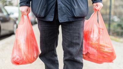 Union und SPDhaben den Weg für das geplante Verbot von Plastiktüten an deutschen Ladenkassen frei gemacht.
