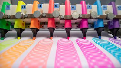 """Textmarker vom Typ """"Stabilo Boss"""" der Marke Schwan Stabilo (Schwanhäußer GmbH & Co. KG) im Labor der Produktion des Unternehmens."""