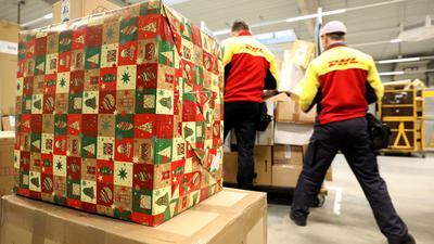 Ansturm bereits vor dem ersten Advent. In der Zustellbasis der Deutschen Post DHL am Hauptbahnhof in Rostock herrscht Hochbetrieb.