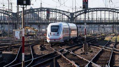 Ein ICEverlässt den Hauptbahnhof in München.