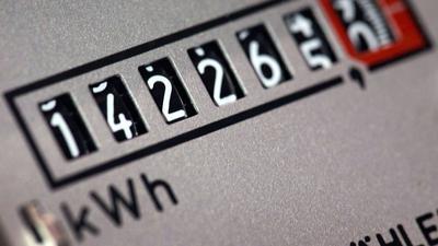 Das Zählwerk eines Stromzählers in einem Bürogebäude. Die Verbraucherzentralen fordern, das Abstellen von Strom oder Gas wegen unbezahlter Rechnungen in Lockdown-Phasen der Corona-Pandemie auszusetzen.