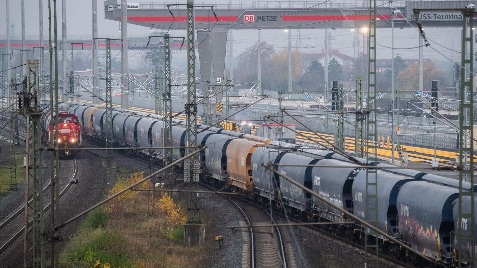 Ein Güterzug passiert den Güterbahnhof MegaHub Lehrte in der Region Hannover.