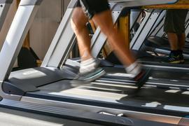 Gerade zu Corona-Zeiten ärgern sich viele Fitnessstudio-Mitglieder, dass sie trotz Schließung der Einrichtung nicht schneller kündigen dürfen.