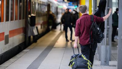 Vergleichsweise wenige Reisende sind am zweiten Weihnachtsfeiertag im Mainer Hauptbahnhof unterwegs.