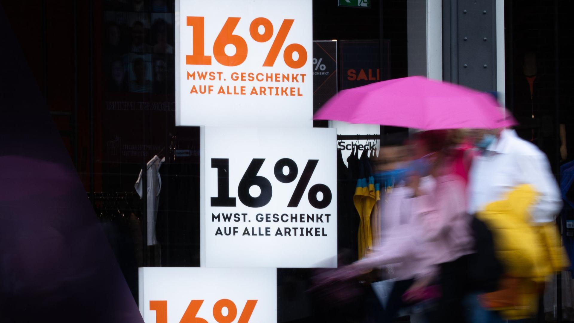 """Mit Schildern mit der Aufschrift """"16% Mehrwertsteuer geschenkt auf alle Artikel"""" wirbt ein Geschäft in der Hamburger Innenstadt."""
