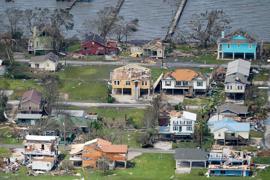 """Durch Hurrikan """"Laura"""" beschädigte Häuser und Gebäude. Der Hurrikan war damals mit Windgeschwindigkeiten von teilweise über 200 Kilometern pro Stunde auf die Südküste des US-Bundesstaates Louisiana getroffen."""