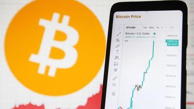Die Digitalwährung Bitcoin setzt ihre Rekordjagd auch im neuen Jahr fort.