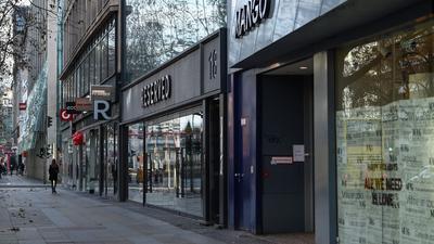 Wie meisten Läden in Berlin haben diese Geschäfte auf dem Kurfürstendamm geschlossen.