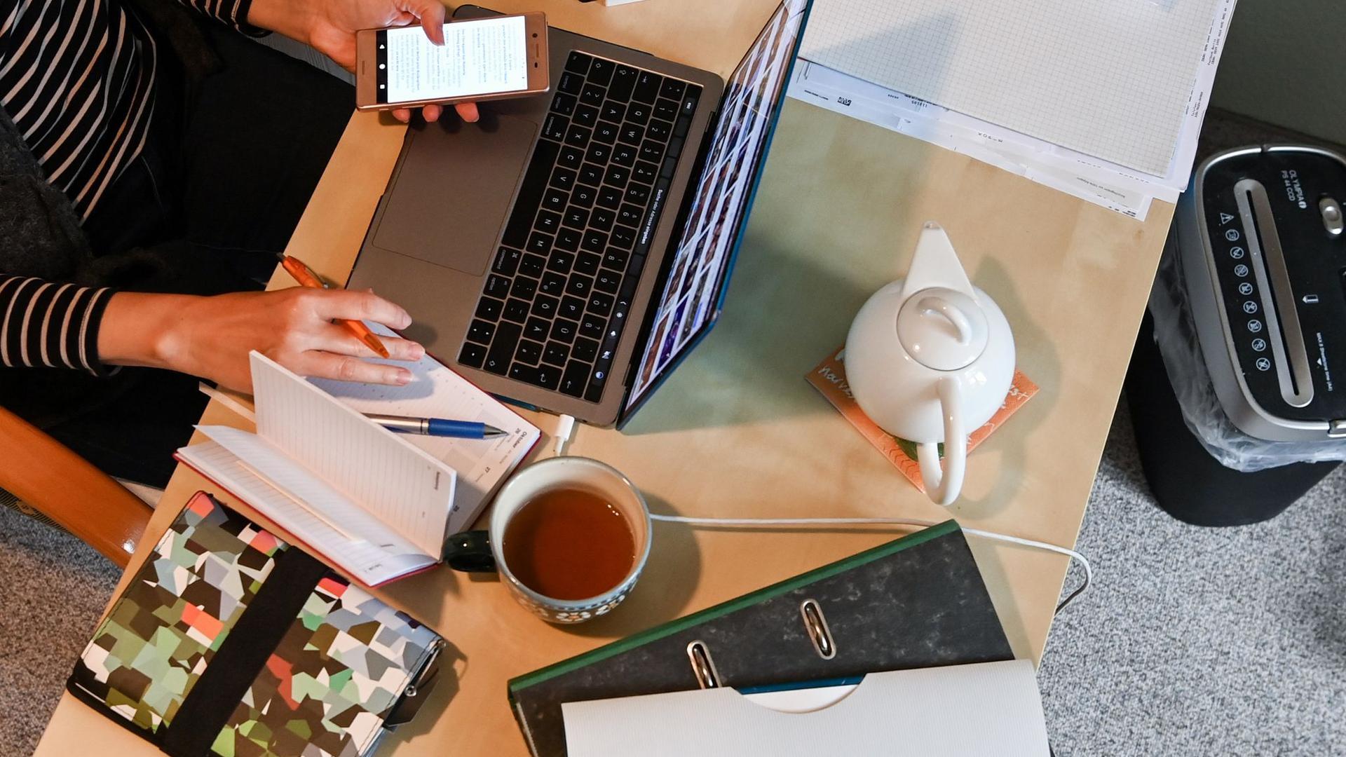 Ein Frau arbeitet im Homeoffice. Die Unternehmen spüren zunehmend Druck, mehr Arbeit von zu Hause möglich zu machen.