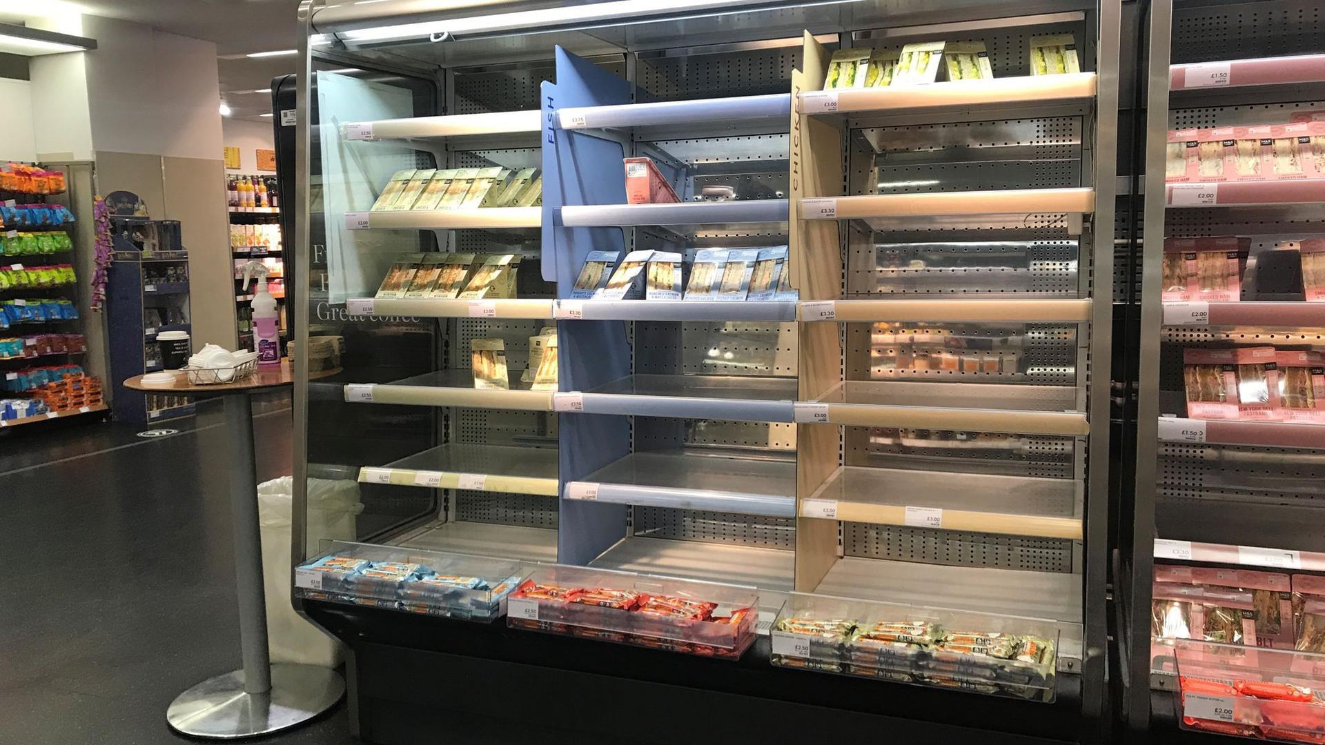 Teils leere Regale in einem Belfaster Supermarkt.