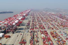 Das Containerdock des Yangshan-Hafens. Als Zeichen für die anhaltende wirtschaftliche Erholung hat sich Chinas Außenhandel im Dezember erneut deutlich positiv entwickelt.