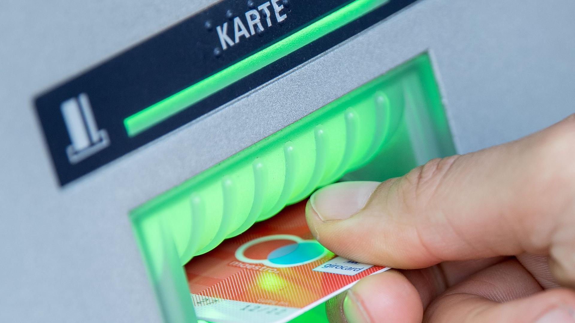 Im vergangenen Jahr manipulierten Kriminelle nach Angaben von Euro Kartensysteme bundesweit 152 Mal Geldautomaten, um an Daten von Bankkunden zu kommen.