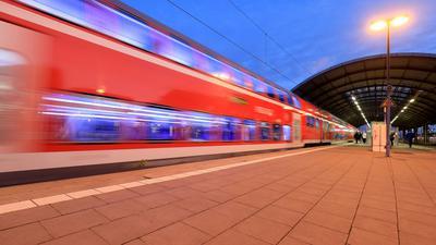 Regionalzug im Hauptbahnhof Halle/Saale: Im Corona-Jahr 2020 war die Deutsche Bahn so pünktlich wie seit 15 Jahren nicht mehr.