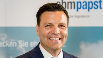 Stefan Brandl, Vorstandsvorsitzender von ebm-papst, schaut in die Kamera.
