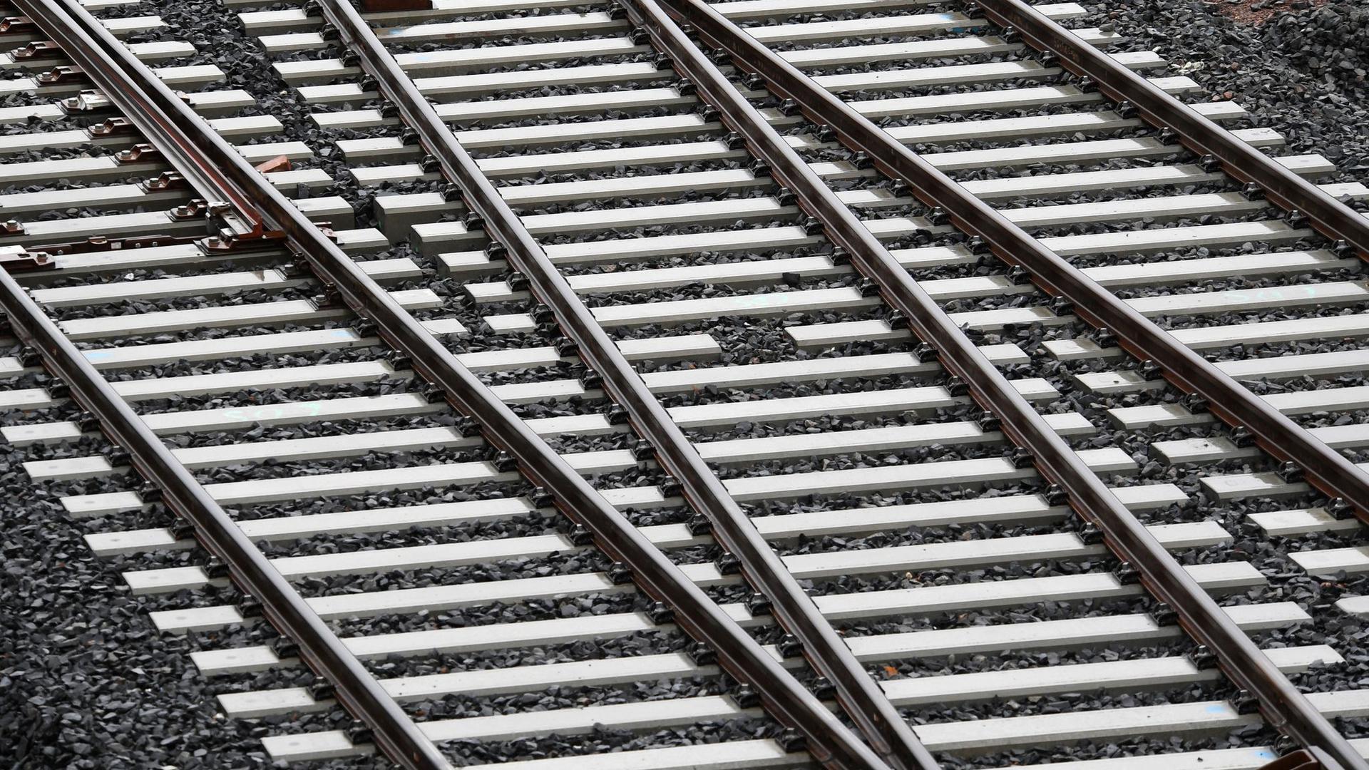 Gleisbauarbeiten am Bahnknoten in Roßlau in Sachsen-Anhalt. Nicht nur bestehende Strecken pflegen, sondern auch neue bauen: Acht Verbände aus der Bahn-Industrie haben die künftige Bundesregierung aufgefordert, mehr Geld und mehr Aufmerksamkeit für den Ausbau und die Digitalisierung der Bahn-Infrastruktur aufzuwenden.