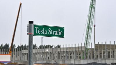 Tesla baut in Grünheide eine Elektroautofabrik. Die Produktion soll im Juli beginnen.
