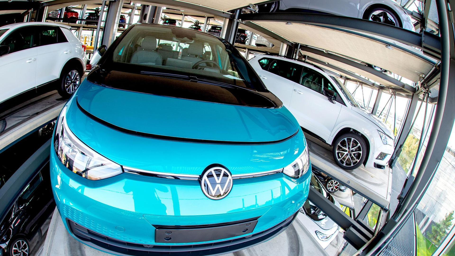 Ein neuer VW ID.3 steht bei einem Pressetermin zur Auslieferung der ersten Volkswagen-Elektroautos in einem Autoturm der Autostadt.