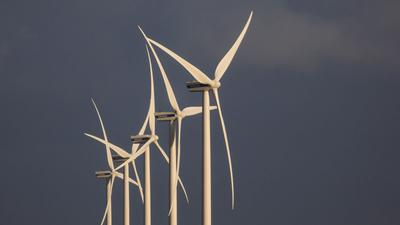 Windräder stehen in einem Windpark bei Süderlügum in Schleswig-Holstein.