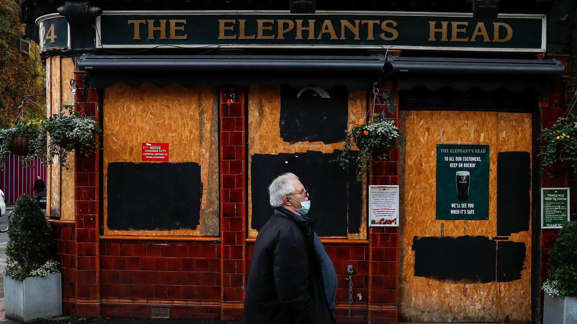 Wegen der Corona-Pandemie müssen in Großbritannien viele Pubs und Restaurants den Zapfhahn zudrehen.