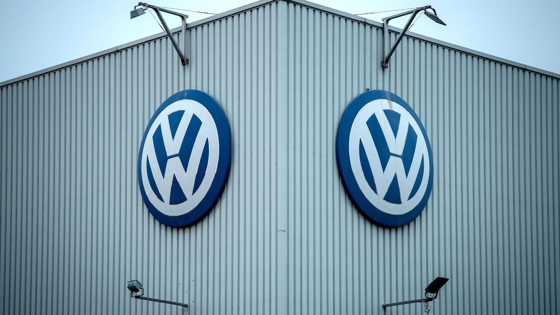 Das VW-Logo hängt am Volkswagenwerk Braunschweig. Die Verkäufe des Unternehmens zogen jüngst wieder an.