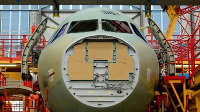 Airbus der A320-Familie steht in der Endmontagehalle im Airbus-Werk in Hamburg-Finkenwerder. Hier müssen 500 Mitarbeiter in Quarantäne.