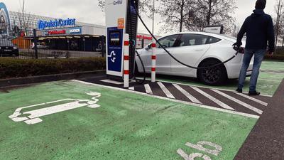 In einem Schnellladepark für E-Autos des Energiekonzerns EnBW am Durlach Center, einem Einkaufszentrum, wird ein Auto aufgeladen.