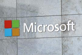 Das Microsoft-Logo ist am Firmengebäude in Bellevue zu sehen. Microsoft hat im vergangenen Quartal vor allem dank eines starken Cloud-Geschäfts deutlich die Erwartungen übertroffen.