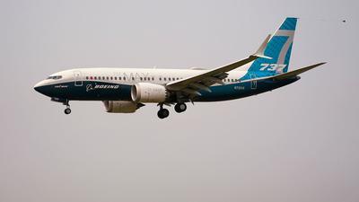 Ein Boeing 737 Max-Jet bereitet sich auf die Landung auf dem Boeing-Flugfeld nach einem Testflug vor.