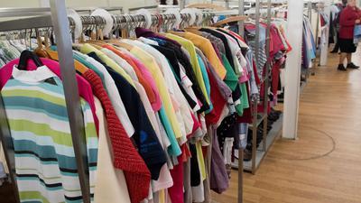 Gebrauchte Kleidung in einem Sozialkaufhaus. Lange Zeit gab es gebrauchte Kleidung vor allem auf Flohmärkten und in Secondhand-Läden. Doch jetzt steigen auch die großen Modehändler wie Zalando, Otto oder H&M in das Geschäft ein.