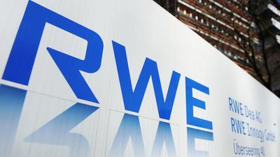 Das Logo des Energiekonzerns RWE vor dem Hamburger Firmensitz.